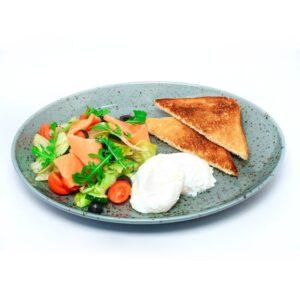 Яйца пашот на свежем салате с семгой