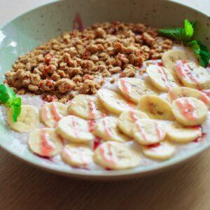 Клубничный йогурт с гранолой и бананом