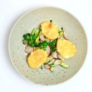 Свежий салат с брокколи и моцареллой