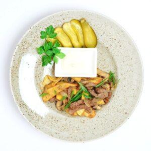 Жареный картофель с мясом и грибами